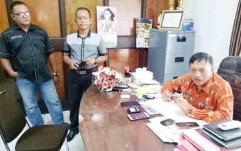Kepala Kesbangpol Gunung Mas, Tasa Torang memberikan keterangan kepada wartawan