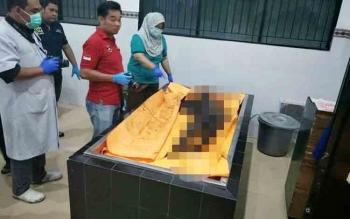 Mayat perempuan yang ditemukan tanpa busana ketika berada di ruang jenazah RSUD dr Doris Sylvanus Palangka Raya