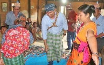 Hendra Lesmana saat mengikuti acara adat Baigal yang digelar masyarakat Desa Penyombaan, Kecamatan Delang, Selasa (24/10/2017).