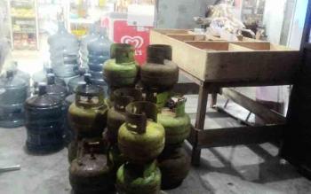 Tabung elpiji 3 Kg yang baru diterima Dewi untuk dijual di warungnya.