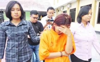 Penyidik PPA Polres Palangka Raya menggiring MU menuju ruang tahanan. Kasus KDRT yang menjerat MU lantaran menganiaya buah hatinya hingga tewas ini merupakan kasus menonjol.