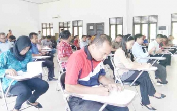 Puluhan calon anggota PPK saat mengikuti tes terlulis di Aula Kantor KPU Kabupaten Lamandau, Jumat (27/10/2017).