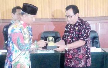 Wali Kota Palangka Raya Riban Satia menyerahkan cendera mata kepada Ketua Komisi D DPRD Kabupaten Kediri Mundhofir di Aula Peteng Karuhei II, Jumat (27/10/2017).