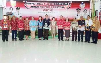 Anggota DPRD Kabupaten Gunung Mas Pendeta Rayaniatie Djangkan (tujuh dari kanan) saat menghadiri penutupan Festival Tandak Intan Kaharingan, Kamis (26/10/2017) malam.