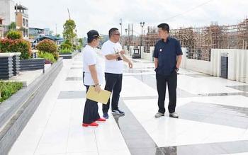 Bupati Barito Utara, Nadalsyah bersama Kepala Dinas PUPR, H Ferry Kusmiadi meninjau beberapa proyek pembangunan