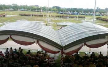 Ratusan peserta kemah besar harus basah kuyup mengikuti pembukaan di Lapangan Sport Center, Jumat (27/10/2017)