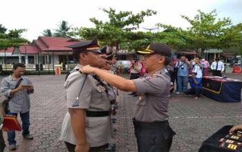 Kapolres Barito Utara AKBP Tato Pamungkas melepas kepangkatan perwira dalam proses sertijab, Jumat (27/10/2017)