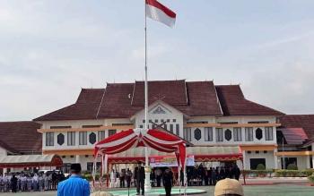 Wakil Bupati (Wabup) Murung Raya Darmaji saat bertindak sebagai inspektur upacara peringatan hari sumpah pemuda di Halaman Kantor Pemkab Mura, Sabtu (28/10/2017)\\r\\n
