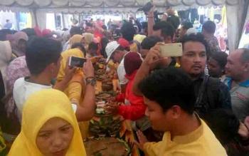 Warga berebut mencicipi kue tradisional di acara Mahampar Wadai, Pangkalan Bun, Minggu (29/10/2017).