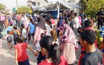 Masyarakat saat ikut kegiatan jalan sehat yang digelar KPU Sukamara.