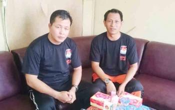 Ketua KPU Kabupaten Gumas Stepenso (kanan) didampingi komisioner KPU Yepta H Jinal saat memberikan keterangan, Minggu (29/10/2017).