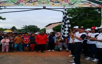 Bupati Katingan, Sakariyas mengibarkan bendera star gerak jalan sadar Pilkada Serentak 2018 di Lapangan Gagah Lurus Kasongan, Minggu (29/10/2017)