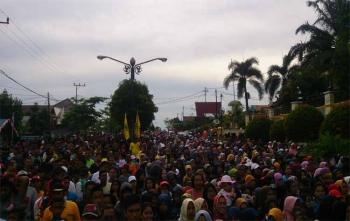 Ribuan warga Pangkalan Bun mengikuti jalan sehat dalam rangka HUT Golkar ke-53, Minggu (29/10/2017)