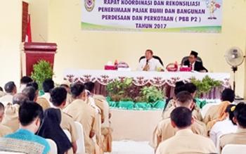 Bupati Seruyan Sudarsono (baju putih) saat memimpin rapat koordinasi dan rekonsiliasi penerimaan PBB perdesaan dan perkotaan (PBB-P2), Senin (30/10/2017) siang.