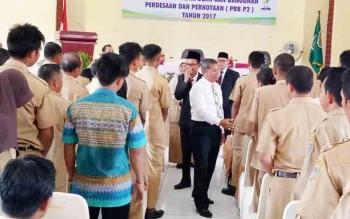 Bupati Seruyan Sudarsono saat menyalami camat dan kepala desa seusai membuka rapat koordinasi dan rekonsiliasi penerimaan PBB perdesaan dan perkotaan (PBB-P2), Senin (30/10/2017) siang.