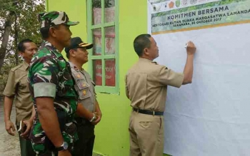 Plt Sekda Sukamara, Sutrisno saat menandatangani Komitmen Bersama Restorasi hutan di Suaka Margasatwa Sungai Lamandau