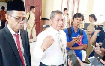 Bupati Seruyan Sudarsono didampingi Kepala BPPRD Seruyan Markus memberikan keterangan mengenai minimnya tingkat pencapaian target PBB-P2 kepada wartawan, Senin (30/10/2017)
