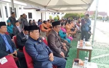 Wakil Ketua DPRD Gumas Punding S Merang (kiri) saat menghadiri upacara peringatan Hari Sumpah Pemuda ke-89 di halaman kantor bupati, Senin (30/10/2017)