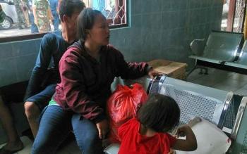 Sutikno bersama istri dan anaknya saat di ruang transit penumpang Pelabuhan Panglima Utar Kumai.