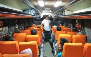 Sejumlah anggota Polsek Baamang saat melakukan pemeriksaan terhadap bus yang melintas dari arah Palangma Raya menuju Sampit