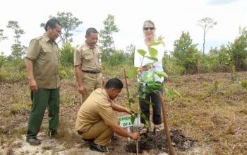 Direktur Orangutan Foundation (UK) Ashley Leiman OBE saat menaman bibit di Danau Burung, Kabupaten Sukamara, Senin (30/10/2017).