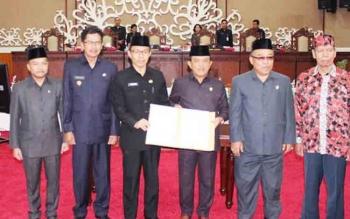 Plt Sekda Mugeni dan Waket DPRD Abdul Razak usai tandatangani persetujuan Kapuas Ngaju.