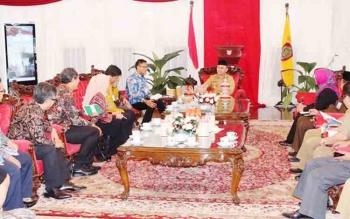 Gubernur Kalteng Sugianto Sabran saat berbincang dengan Kepala PErwakilan BI Kalteng, Wuryanto dan belasan pejabat BI lainnya di Istana