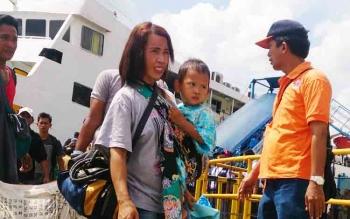 Para penumpang korban kebakaran Kapal Dharma Kencana II yang turun dari kapal Kirana 1 di Pelabuhan Panglima Utar Kumai.