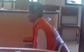 Yayan Suprapto alias Yayan terdakwa kasus penggelapan saat menjalani sidang di pengadilan