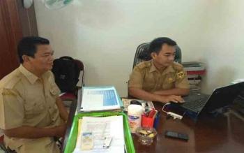 Kabid Perkebunan pada Dinas Pertanian dan Ketahanan Pangan Kabupaten Gunung Mas, Benny Mambang (kanan) memberi keterangan kepada wartawan di ruang kerjannya, Selasa (31/10/2017)