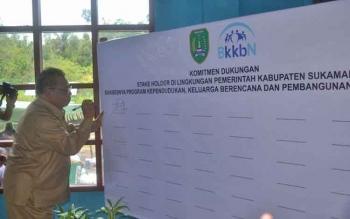 Bupati Sukamara Ahmad Dirman saat menandatangi pencanangan Kampung KB tingkat kecamatan, Selasa (31/10/2017).