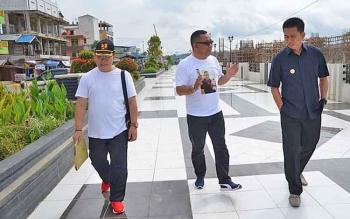 Bupati Barito Utara Nadalsyah (kanan) berdiskusi dengan Kepala Dinas PUPR Fery Kusmiadi dan Kepala Bidang Bina Marga Zainuddin, beberapa waktu lalu.