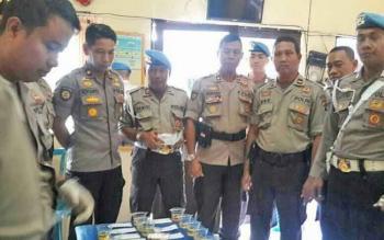 Wakapolres Barito Utara Kompol Novianto Taryono bersama perwira lainnya menyaksikan proses pemeriksaan urine personel mereka di ruang Propam, Selasa (31/10/2017).