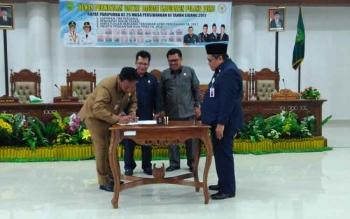 Bupati Pulang Pisau Edy Pratowo dan unsur pimpinan dewan menandatangani nota persetujuan bersama Raperda APBD Perubahan Tahun Anggaran 2017