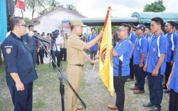 Bupati Ben Brahim mengukuhkan kepengurusan Karang Taruna Timpah, Rabu (1/11/2017)