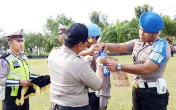 Wakapolres Sukamara, Kompol Rochamt Slamet menyematkan pita kepada anggotanya sebagai tanda dimulainya Operasi Zebra Telabang 2017