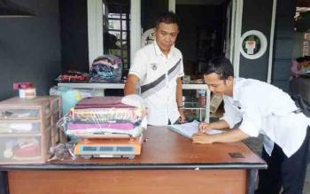 Seorang petugas pendataan UTTP dari Disperindagkop UMKM Kabupaten Seruyan, saat melakukan pendataan soal timbangan disalah satu pemilik usaha loundry di Kuala Pembuang, Rabu (1/11/2017).