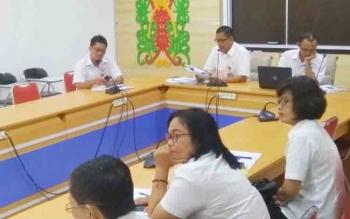 Kepala BPS Kalteng Hanif Yahya (membaca rilis) didampingi salah satu Kabid, Bambang Supriono, Rabu (1/11/2017) membeberkan komoditas deflasi di Kota Palangka Raya