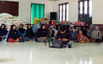 Sejumlah ibu rumah tangga saat mengikuti rapat di Balai Desa Pematang Limau.