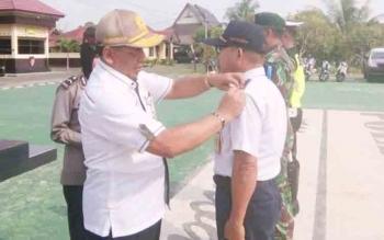 Sekretaris Daerah Seruyan, Haryono menyematkan pita tanda dimulainya operasi Zebra 2017 kepada petugas gabungan, Rabu (1/11/2017).