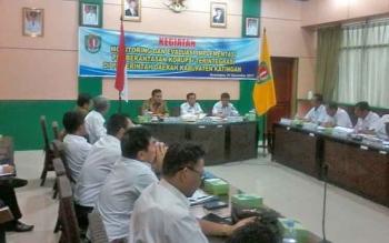 Suasana rapat evaluasi implementasi pemberantasan korupsi di ruang rapat bupati, Rabu (1/11/2017)