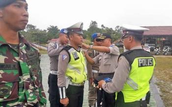 Kabag Ops Kompol Arifin menyematkan pita kepada personel yang terlibat dalam Operasi Zebra Telabang di halaman Mapolres Mura, Rabu (1/11/2017).