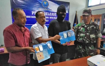 BNN Kota Palangka Raya bersama Korem 102 Panju Panjung menunjukan barang bukti dan tersangka kurir sabu, Rabu (1/11/2017)