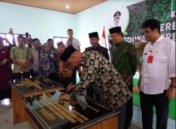 Ketua KAHMI Kalteng Rusliansyah saat menandatangani prasasti peresmian gedung sekretariat bersama majelis wilayah KAHMI Kalteng, Rabu (1/11/2017).
