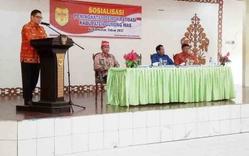 Wakil Bupati Gumas Rony Karlos menyampaikan sambutan saat pembukaan sosialisasi peningkatan demokratisasi di GPU Tampung Penyang Kuala Kurun, Kamis (2/11/2017).