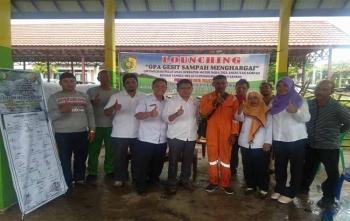 Kabid Kebersihan pada Dinas Perumahan Rakyat dan Kawasan Permukiman Kota Palangka Raya, Mardian (lima dari kiri) foto bersama dengan tiga operator yang mendapatkan reward servis gratis