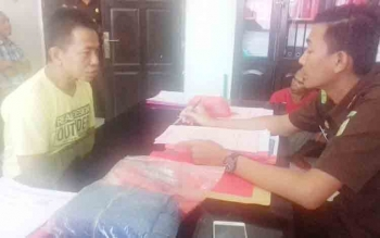 Achmad alias Amad tersangka sabu saat diperiksa jaksa saat pelimpahan berkas, Kamis (2/11/2017)