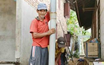Seorang warga Kuala Pembuang saat membuat sumur bor agar tetap bisa memperoleh air bersih di musim kemarau.