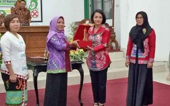 Penyerahan cendramata kepada Ketua Kaukus Perempuan Parlemen Provinsi Kalimantan Tengah (Kalteng), Andina Thersia Narang.