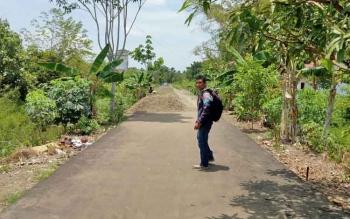 Tampak kondisi baru bangunan jalan desa yang berada di Desa Pematang Limau Kecamatan Seruyan Hilir yang saat ini masih dalam tahap pengerjaan.